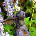 gietijzeren cherubijntje als tuinornament tussen de Agastache (dropplant)