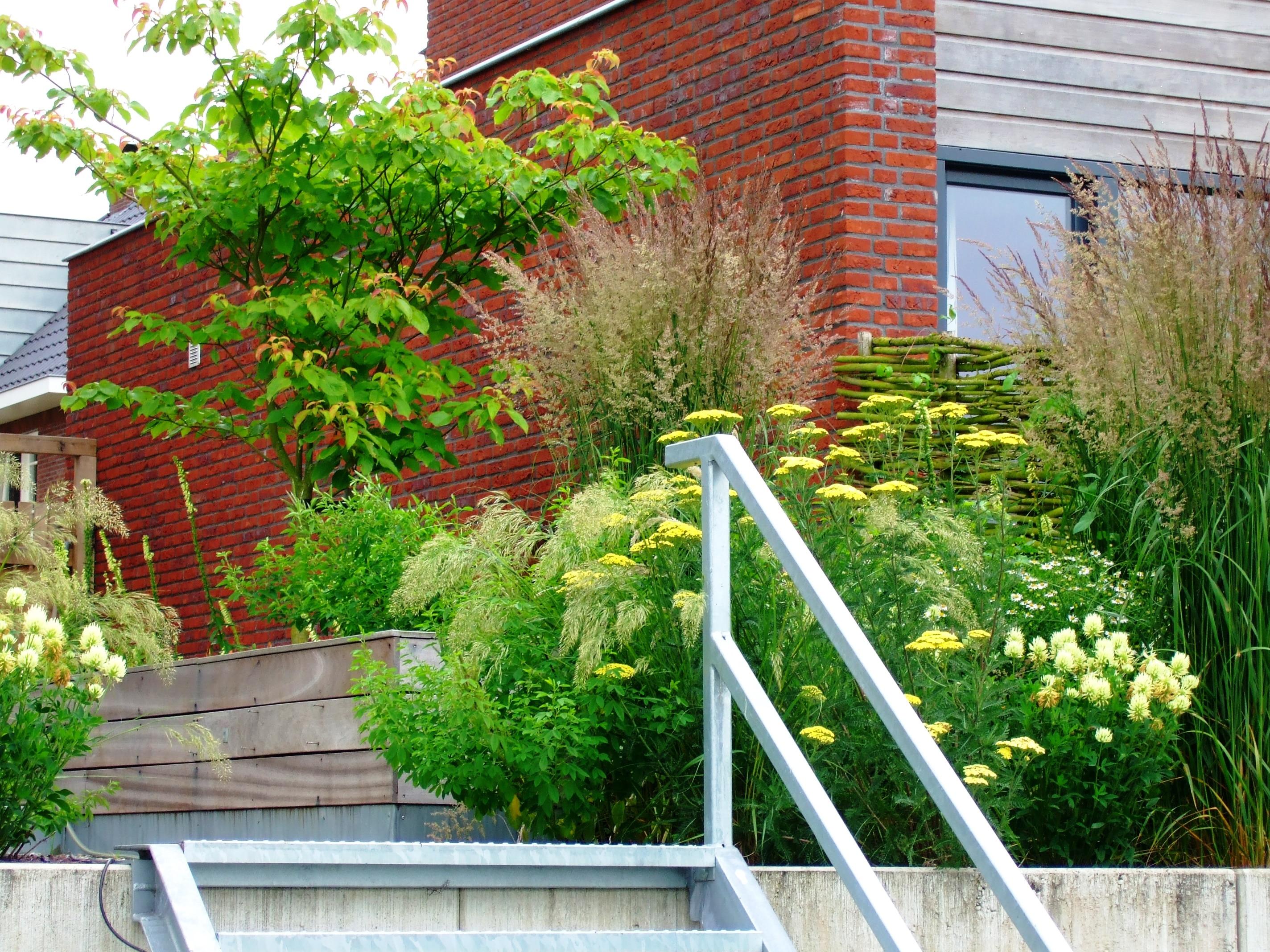 Een verzinkt stalen trap overbrugt het hoogteverschil in for Tuin aanleggen nijmegen