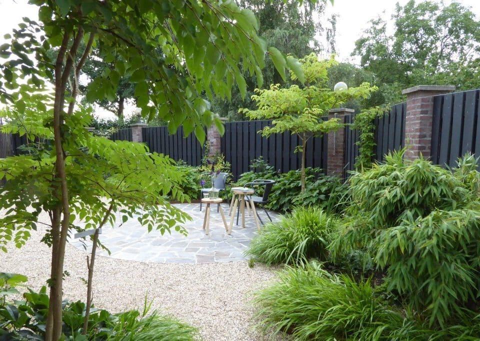 door een hoger element op de voorgrond ontstaat perspectief waardoor de tuin groter lijkt