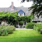 de borders bij het Huys op de Hei liggen symmetrisch ten opzichte van het huis en zijn vergelijkbaar beplant.