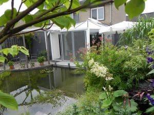 het grootste deel van deze tuin bestaat uit water. De vijver grenst aan het huis