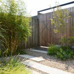 betonnen stapelementen, bamboe en grind